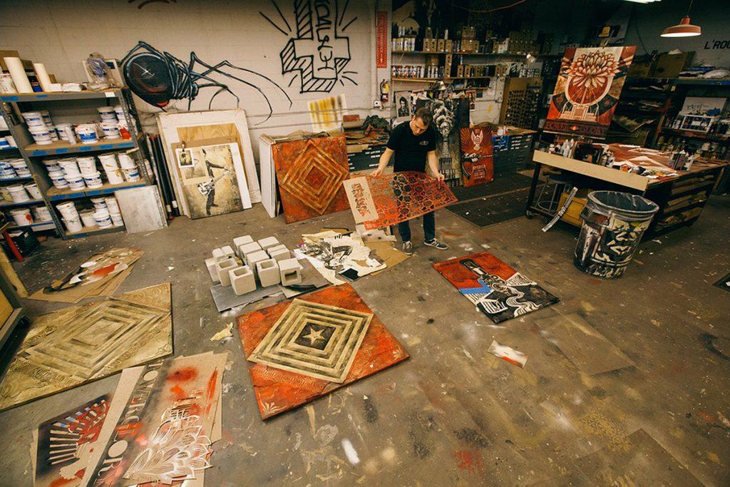 Shepard Fairey dans son atelier