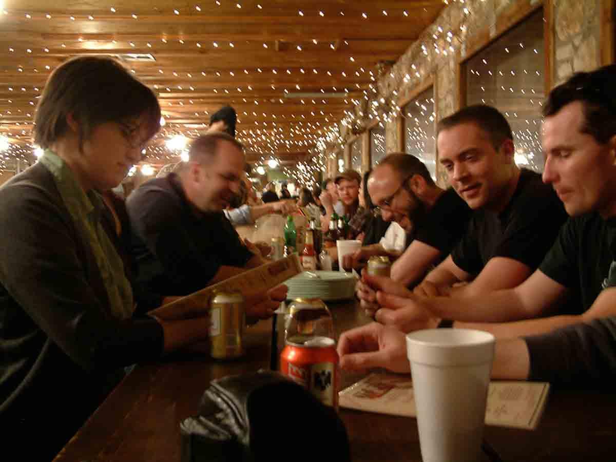 photo de Clay Hayes (2e à droite) pendant la 20e édition du Festival Flatstock en 2009 (
