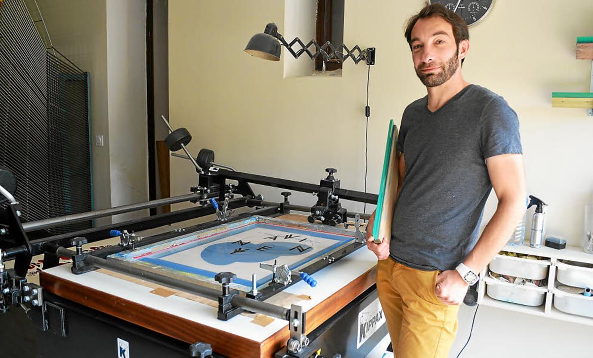 Stéphane Constant dans l'atelier de sérigraphie Dezzig